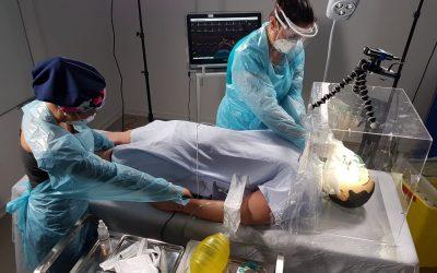 Realizan experiencia de procedimiento médico COVID-19 con simulador de alta fidelidad.